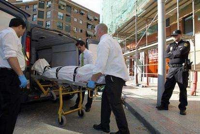 """El 15 de marzo, dos obreros murieron en Alcorcón tras precipitarse del andamio que montaban en el patio de un bloque de pisos. Cayeron desde un sexto piso. Uno de ellos aparece cubierto por una sábana en la imagen. En 2011 han muerto 30 trabajadores en distintos sectores, según estimaciones del Instituto Regional de Seguridad y Salud en el Trabajo y UGT, que añade un pesar: """"La mayoría de los accidentes son evitables""""."""