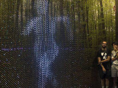 Asistentes ante la pantalla tridimensional de luces de LedPulse.