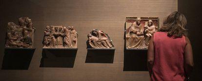 Los cuatro relieves de alabastro expuestos en el museo de Lleida.