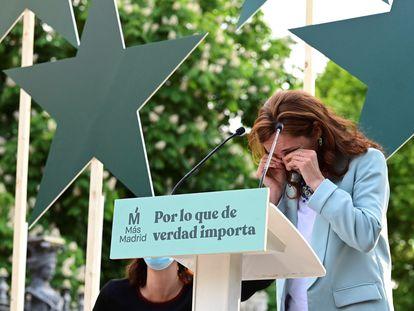 La candidata de Más Madrid a la presidencia de la Comunidad de Madrid, Mónica García, visiblemente emocionada durante el acto de cierre de campaña de este domingo.