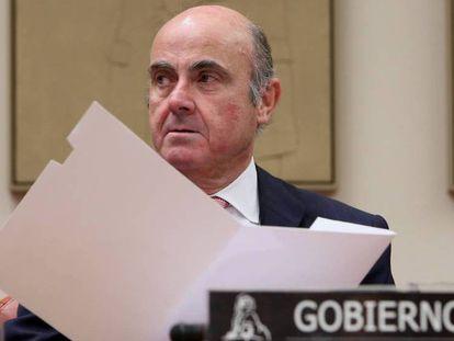 El ministro de Economía, Luis de Guindos, en la Comision del Congreso.