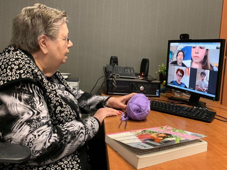 Catalina Alvarado habla por videoconferencia después de haber aprendido a usar las nuevas tecnologías. FERNANDO RAMOS