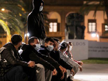 Cerca de 200 inmigrantes marroquíes esperaban frente la Delegación del Gobierno en Las Palmas de Gran Canaria sin un lugar donde pernoctar ni al que ir después de la Policía les dejase abandonar el campamento de emergencia del muelle de Arguineguín en noviembre de 2020.