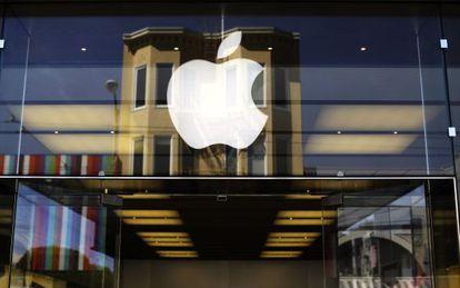 Logo de Apple en una tienda en San Francisco
