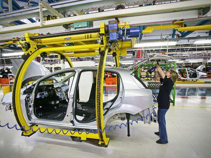 Una empleada en una fabrica de coches.