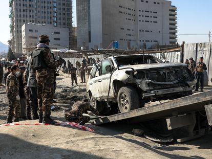 Estado en que quedó el coche del vicegobernador de Kabul tras un atentado con bomba lapa el pasado diciembre.
