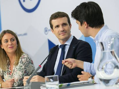 Pablo Casado, en el centro, durante la reunión este viernes de la junta directiva de Nuevas Generaciones del PP.