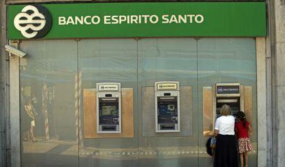 Un cajero del Banco Espirito Santo en Lisboa.