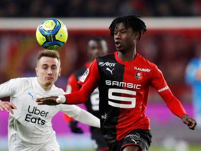 Eduardo Camavinga (derecha) junto a Valentin Rongier, durante el partido entre el Rennes y el Olympique de Marsella la temporada pasada.