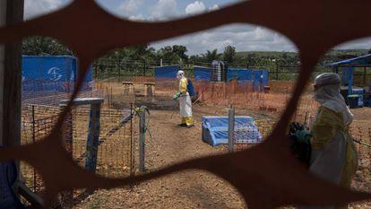 Dos trabajadores sanitarios contra el ébola en RDC.