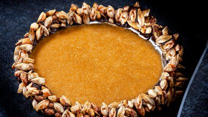 Pan con chocolate, y la simbología de la corona de espinas, en uno de los platos creados por el chef Diego Guerrero.