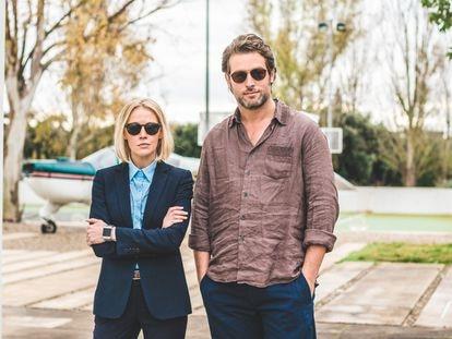 Elen Rhys y Julian Looman, protagonistas de 'The Mallorca Files'.