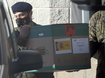 Personal militar trasladan las cajas con las vacunas de Pfizer en Cabanillas del Campo, Guadalajara.