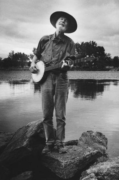 Pete Seeger, tocando el banjo en 1995 en Beacon (Nueva York), donde ayer murió.
