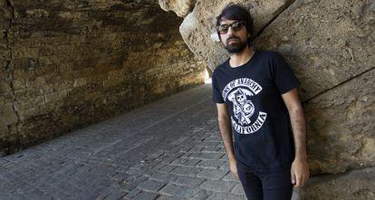 Quentin Gas, vocalista y guitarra de Los News, bajo el puente de Triana en Sevilla.