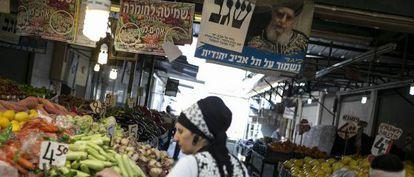 Un retrato del rabino Ovadia Yosef, fundador del partido ultraortodoxo sefardí Shas cuelga en un mercado al sur de Tel Aviv.