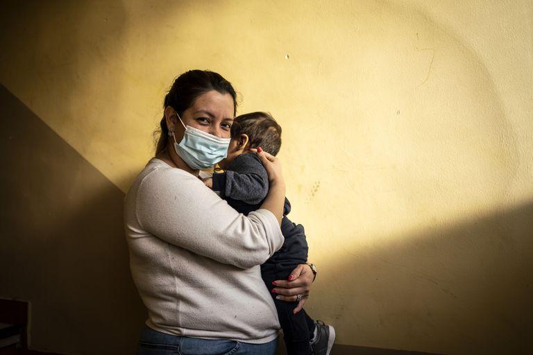"""""""No me quedan ahorros"""", denuncia Carol Claros, que se quedó en paro a principios de año tras la baja de maternidad y hoy limpia portales en Madrid por 350 euros al mes."""