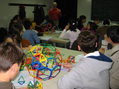 Niños en una clase de geometría.