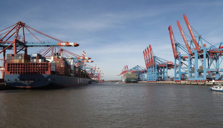 Varios cargueros amarrados este miércoles en el puerto de Hamburgo (Alemania).