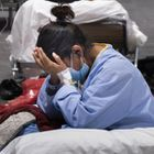 Una mujer joven,en el pabellón 5 del Ifema de Madrid, donde se ha instalado un hospital para atender a los enfermos por coronavirus, el 27 de marzo de 2010.