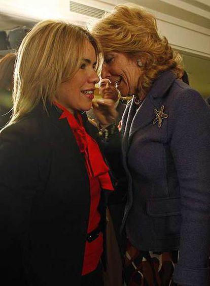 Aguirre saluda a la alcaldesa de Pinto, Miriam Rabaneda.