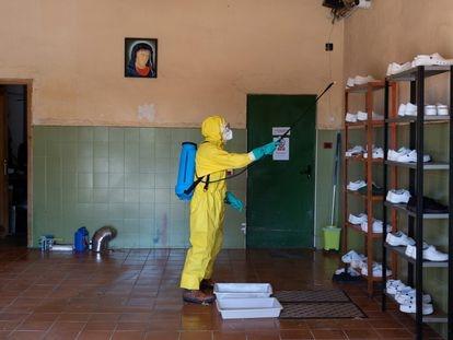 Un bombero de la Diputación de Teruel, durante las labores de desinfección de una residencia.