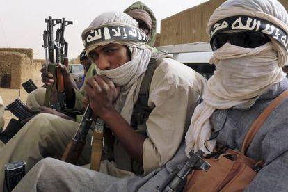 Miembros de la milicia Ansar Dine, que dicen venir de Níger y Mauritania, en Kidal (Malí), el pasado 16 de junio.