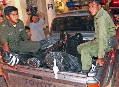 Policías bolivianos trasladan los cadáveres de los supuestos mercenarios muertos en Santa Cruz.