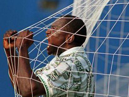 Yekini celebra un gol contra Bulgaria en el Mundial de 1994.