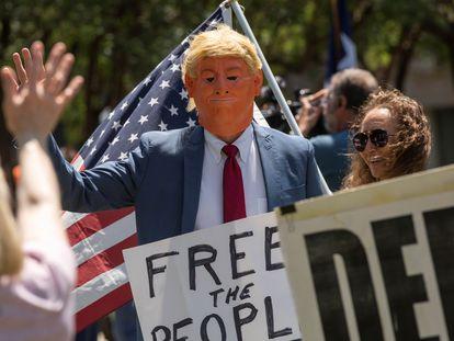 Un hombre con una máscara de Donald Trump se manifiesta contra el confinamiento en Texas, EEUU.