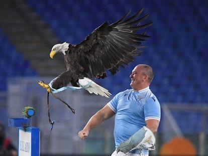Juan Bernabé y el águila, antes de un partido de la Lazio en el Olímpico de Roma.