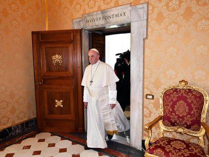 El papa Francisco llega para ofrece audiencia al presidente austriaco, Alexander Van der Bellen, este jueves
