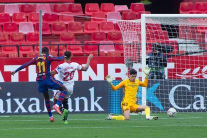 Dembélé, en el momento de marcar el primer gol del partido.