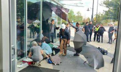Varias personas atienden a la víctima del accidente.