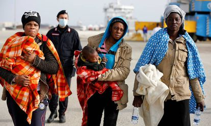 Mujeres migrantes desembarcan en la costa de Sicilia, Italia el pasado sábado.