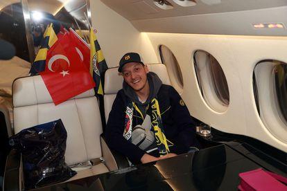 Özil, en el vuelo privado de Londres a Estambul. / REUTERS