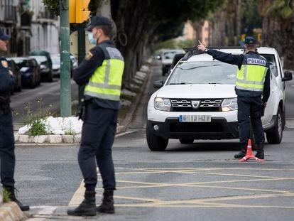 Agentes de la Policía Nacional realizan un control de tráfico en la ciudad de Málaga en abril de 2020, durante el primer estado de alarma.