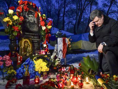 El presidente de Ucrania, Petro Poroshenko, en el homenaje, el pasado 22 de enero, a un manifestante muerto hace un año en las protestas del Euromaidan.