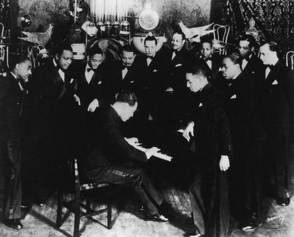 Duke Ellington (1899-1974) con miembros de la orquesta del Cotton Club en Nueva York en 1930.