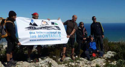 Participantes en el Día Internacional de las Montañas en el Montgó de Dénia.