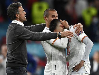 Thiago y Luis Enrique consuelan a Pedri tras la eliminación de España.