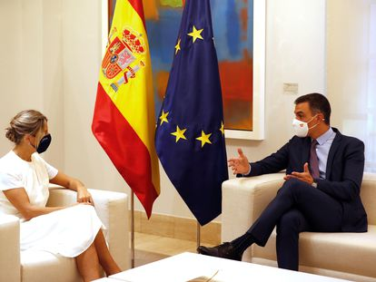 El presidente del Gobierno, Pedro Sánchez, y la vicepresidenta segunda del Gobierno y ministra de Trabajo y Economía Social, Yolanda Díaz, en La Moncloa