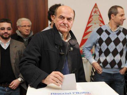 Pier Luigi Bersani vota en las primarias de su partido.