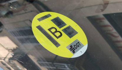 Etiqueta ambiental en un vehículo, en Barcelona.