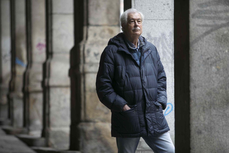 El escritor y político Eugenio del Río, que formó parte de ETA y su primera escisión, Komunistak, este jueves en la Plaza Mayor de Madrid.