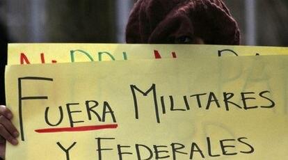 Un estudiante sostiene una pancarta durante una protesta en Ciudad Juárez.