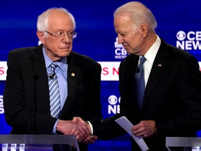 Los candidatos demócratas Bernie Sanders y Joe Biden en el debate en Charleston, Carolina del Sur.