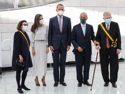 De izquierda a derecha, Carlota Botton, los Reyes, Marcelo Rebelo de Sousa y Mauricio Botton, esta tarde durante la inauguración del Botton-Champalimaud Pancreatic Cancer Centre en Lisboa.