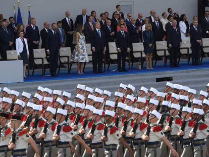 Soldados franceses desfilan el pasado 14 de julio en París. Al fondo, Donald y Melania Trump junto a Emmanuel y Brigitte Macron.