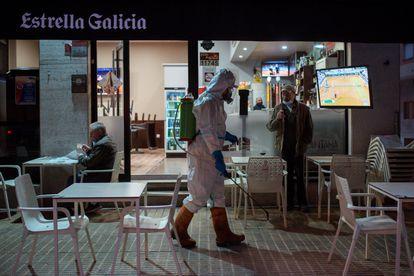 Un operario municipal realiza labores de desinfección por las calles de Ourense.